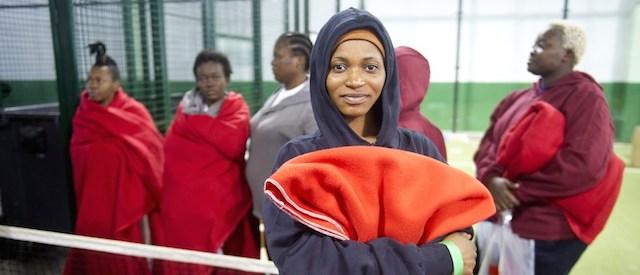 Un'immigrata africana in un centro sportivo trasformato in centro di accoglienza a Tarifa, 12 agosto 2014 (MARCOS MORENO/AFP/Getty Images)