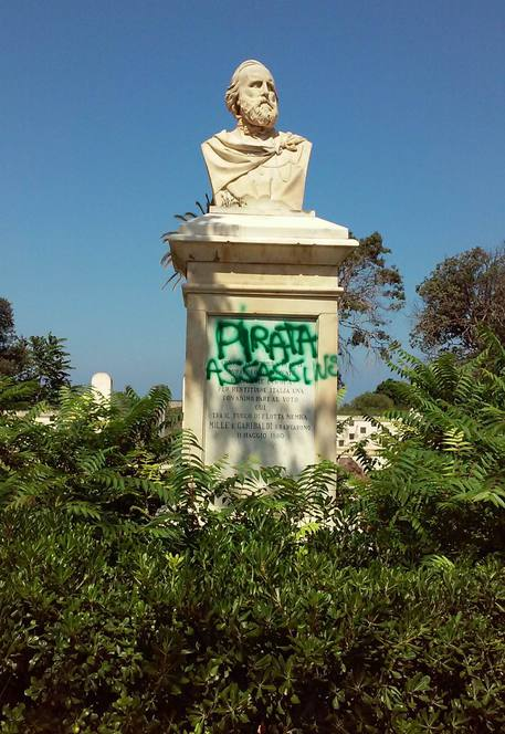 Scritta 'pirata assassino' su busto Garibaldi a Marsala