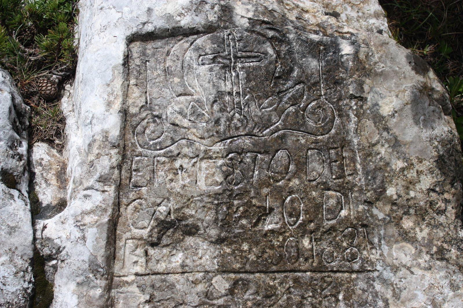 """Tavola dei Briganti (Majella) Roccia calcarea dove i briganti hanno inciso la seguente frase: """"Nel 1820 nacque Vittorio Emanuele Re d'Italia. Prima era il regno dei fiori, ora è il regno della miseria."""" Nel 1861 furono oltre 1100 i briganti uccisi in Abruzzo."""