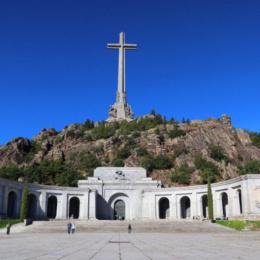 Spagna totalitaria, cancella il franchismo e caccia i monaci