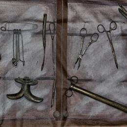 Appesi per i polsi con una vite aguzza che entrava nella carne e arrivava alle falangi: le torture dei piemontesi ai siciliani